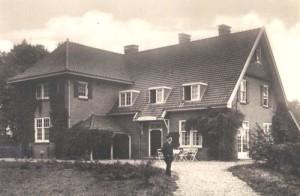 Meester Bernink staand voor Natura Docet in 1922 500