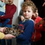 Natura Docet Wonderryck Twente - Museumbezoeker met koningspython Loesje foto-FredErnst-30cm
